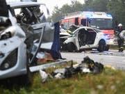 Bei dem Unfall auf der deutschen Autobahn A81 nahe Heilbronn krachten zehn Fahrzeuge, darunter drei Kleinbusse, ineinander. (Bild: KEYSTONE/DPA/MARIJAN MURAT)