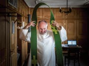 Josef Manser betreut im Toggenburg sechs Pfarreien. Am Wochenende hält er jeweils drei Gottesdienste – nebst Taufen, Hochzeiten und Trauerfeiern. (Bild: Michel Canonica)