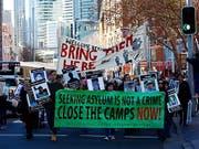 Die Demo-Teilnehmer forderten die Schliessung der Internierungslager für Asylbewerber in Papua-Neuguinea und auf der Pazifikinsel Nauru. (Bild: KEYSTONE/EPA AAP/JEREMY NG)