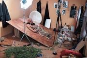 Unheimlich und faszinierend: Blick in das Atelier von Nathalie Bissig. Dort entstehen die Figuren (links), die historischen Bildern nachempfunden sind (oben rechts). (Bild: Bilder: PD)