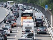 Am Samstag stauten sich die Autos Richtung Süden zeitweise auf über elf Kilometern. (Bild: KEYSTONE/URS FLUEELER)