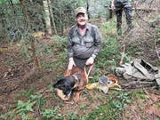 Herrchen Engelbert Lander aus Rothenthurm freut sich mit seinem Hund Falco, der die 1000-Meter-Schweissprüfung geschafft und dafür einen Zweig erhalten hat. (Bild: Charly Keiser (Gottschalkenberg, 22. Juli 2018))