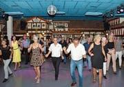 Adrett gekleidet und sicher in der Bewegung schwingen Besucherinnen und Besucher das Tanzbein. (Bilder: Christoph Heer)