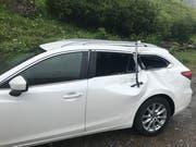 Das Auto wurde beim Steinschlag beschädigt. (Bild: Kantonspolizei Uri (Urnerboden, 21. Juli 2018)
