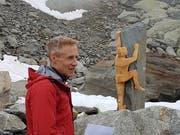 Bildhauer Hans Gisler bei der Enthüllungsfeier seiner Skulptur, die bei der Sidelenhütte im Furkagebiet zu bewundern ist. (Bild: Bernhard Gisler, Realp, 21. Juli 2018)