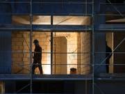 Auch auf dem Bau: Schweizer Behörden sanktionieren im Schnitt jeden Tag zehn Firmen wegen Verstössen gegen den Lohnschutz. Betroffen sind viele ausländische Klein- und Einmannbetriebe. (Bild: KEYSTONE/GAETAN BALLY)