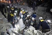 Syrische Weisshelme bei Bergungsarbeiten in einem zerbombten Haus in Idlib. (Bild: AP; 7. Januar 2018)