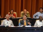 Kubas Staatschef Miguel Díaz-Canel (links) zeigte sich am Sonntag in Havanna über die Reform der Verfassung seines Landes sehr zufrieden. (Bild: KEYSTONE/AP Agencia Cubana De Noticias/ABEL PADRON)