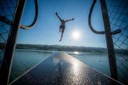 Manch einer dürften wegen der Hitzewelle in der kommenden Woche wohl mit einem Sprung ins Wasser Abkühlung suchen, wie dieser Badegast auf dem Sprungturm in der Badi Baldegg. (Bild: Dominik Wunderli (24. August 2016))