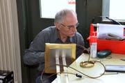 Michael Suter bringt auch diese Stehlampe wieder zum Strahlen.
