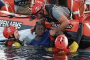 Rettungskräfte des Schiffs Open Arms ziehen die 40-jährige Josefa aus dem Wasser. (Bild: Pau Barrena/AFP (17. Juli 2018))