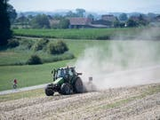 Es wird auch nächste Woche Staubwolken geben, wenn Landwirte mit ihren Traktoren über die Felder fahren. Am Montag beginnen die Hundstage und der Regen vom Wochenende brachte kaum Besserung für die trockenen Böden. (Bild: KEYSTONE/URS FLUEELER)