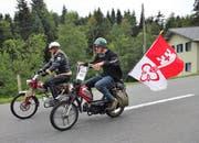 Einheimische Töffli-Fahrer brausen dem Ziel entgegen. (Bild: Flavia Niederberger (Sarnen, 21. Juli 2018))