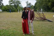 Die zwei frisch Vermählten Nadin Bill und Christoph Wyss küssen sich bei ihrer Hochzeit im Murg-Auen-Park. (Bilder: Viola Stäheli)