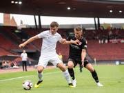 Hielt sich Thun mit etwas Glück vom Leib: der FC Zürich, hier Toni Domgjoni im Duell mit Stefan Glarner (Bild: KEYSTONE/ENNIO LEANZA)