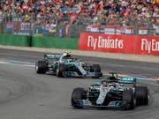 Lewis Hamilton liegt vor seinem Teamkollegen Valtteri Bottas und feiert seinen 66. GP-Sieg (Bild: KEYSTONE/EPA/RONALD WITTEK)