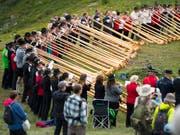 200 Alphornbläser beteiligten sich am Gemeinschaftskonzert vom Sonntag, traditionell einer der Höhepunkte des Festivals in Nendaz. (Bild: KEYSTONE/LAURENT GILLIERON)