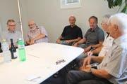 Gemeindepräsident Benjamin Gentsch (3. v. l.) und Gemeinderat Leo Krucker (rechts daneben) diskutieren mit den Teilnehmenden in gemütlichem Rahmen. (Bild: Christine Luley)