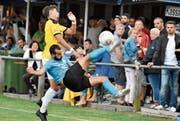 Artistik im Final: Luca Di Benedetto vom FC Rorschach-Goldach 17 führt gegen den verdutzten Widnauer Sandro Hutter einen Fallrückzieher vor. (Bild: Bilder: Yves Solenthaler)