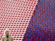 Ideen für neue Verpackungen braucht er nicht, der Künstler Christo, im Bild vor seinem Mammut-Projekt «London Mastaba». (Bild: KEYSTONE/AP PA/DOMINIC LIPINSKI)