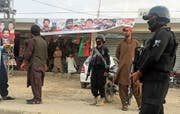 Polizisten bewachen ein Büro der PTI-Partei in der westpakistanischen Stadt Quetta. (Bild: Ahmed Fayyaz/EPA; 16. Juli 2018)