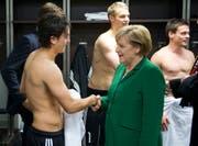 Da war die Welt noch in Ordnung für Mesut Özil und alle Deutschen, die die Integrationskraft des Nationalteams hoch hielten: Der türkisch-deutsche Fussballer trifft Angela Merkel nach einem Spiel gegen die Türkei im Jahr 2010 in Berlin. (Bild: APA)