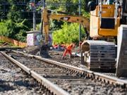 Das SBB-Netz gleicht diesen Sommer einer grossen Baustelle. Besonders in der Romandie müssen Reisende auf gewissen Strecken mit Einschränkungen rechnen. In einer ersten Zwischenbilanz stellen sich die SBB ein gutes Zeugnis aus. (Bild: Keystone/JEAN-CHRISTOPHE BOTT)