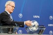 Uefa-Generalsekretär Giorgio Marchetti nahm die Auslosung vor. Bild: Salvatore Di Nolfi / Keystone (Nyon, 23. Juli 2018).