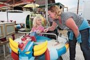 Diana Bante mit Tochter Kate Müller haben im Luna-Park grossen Spass. (Bild: Roger Zbinden (Auw, 22. Juli 2018))