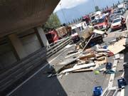 Der Wohnaufbau des Fahrzeugs wurde zerstört und der Inhalt landete auf der Autobahn. (Bild: Kapo GR)
