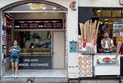 Das Warten auf Kundschaft in wirtschaftlich unsicheren Zeiten: Wechselstube und Eisladen im Istanbuler Zentrum. (Bild: Sedat Suna/EPA; 12. Juli 2018)