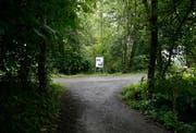 Hier endet der Weg entlang der Alten Lorze, und die Fussgänger müssen rechts abbiegen zur Strasse. In Kürze wird dieser Weg geradeaus verlängert und erschliesst das letzte Stück des Flussverlaufs. (Bild: Stefan Kaiser (Zug, 12.Juni 2018))