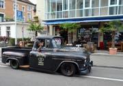 Der Chef darf mitfahren: Stephan Münger von Capo's Burger House geniesst die bewundernden Blicke im 1957er Chevrolet Pick Up. (Bild: Christoph Heer)