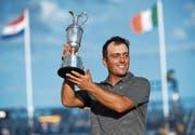 Präsentiert stolz den Siegerpokal: Francesco Molinari. (Bild: Gerry Penny/EPA (Carnoustie, 22. Juli 2018))