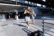 Paulina Sobczyk an ihrem Stammplatz beim Bahnhof Zug. Immer wieder dreht sie sich den Passanten zu. (Bild: Werner Schelbert (Zug, 20. Juli 2018))
