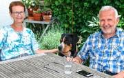 In gemütlicher Runde im Garten des Eigenheims in Fehraltorf. Ehefrau Christina, Hündin Ivy und «Flugzeugbauer» Karl «Charly» Kistler.