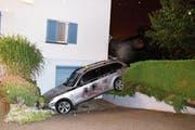 Im Moos Goldach endete die Irrfahrt mit dem gestohlenen Taxi. Das Täterpaar hatte ihre zehnjährige Tochter dabei. (Bild: Kapo SG)