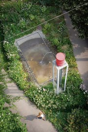 Ein Fass auf dem Sockel: Der plätschernde «Wasserturm» des Künstlers Roman Signer am Oberen Graben. (Bild: Ralph Ribi)