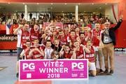 Das Siegerteam B14 red von Zug united zusammen mit dem Schweizer Botschafter Dominik Furgler. (Bild: PD, Prag, 14. Juli 2018)