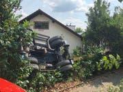 Ein in Wohlen AG bei Gleisbauarbeiten eingesetzter Bagger kippte um und landete in einem Garten. (Bild: Handout Kantonspolizei Aargau)
