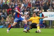 Ein Bild aus seiner letzten Saison als Aktiver: Scott Chipperfield (links) im Cupspiel gegen den FC Eschenbach im Herbst 2011. (Bild: Philipp Schmidli (Eschenbach, 17. September 2011))