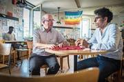 Im Flüchtlingscafé läuft momentan wenig: Vereinspräsident Karl Kohli, Vorstandsmitglied Usama Al Shahmani. (Bild: Andrea Stalder)