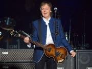Der Ex-Beatle Sir Paul McCartney ist in den Londoner Abbey Road Studios vor ausgewählten Fans und Stars aufgetreten - dort, wo er vor Jahrzehnten legendäre Aufnahmen mit den Beatles eingespielt hatte. (Bild: KEYSTONE/FR1140 AP/SCOTT AUDETTE)