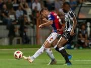 Schütze des wichtigen Auswärtstores: Basels Albian Ajeti (li.) setzt sich gegen Salonikis Vieirinha durch (Bild: KEYSTONE/GEORGIOS KEFALAS)