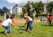 Kinder spielen am Tag der Luzerner Sportvereine Landhockey auf der Allmend in Luzern. (Bild: Philipp Schmidli, 3. September 2017)