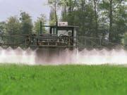 Der Verkauf von Pflanzenschutzmittel ist hierzulande zwischen 2008 und 2016 nicht zurückgegangen. Immer noch werden pro Jahr 2200 Tonnen an Mitteln wie Herbizid und Insektizid versprüht. Seltener zum Einsatz kommt dagegen der umstrittene Unkrautvertilger Glyphosat. (Bild: Keystone/ARNO BALZARINI)