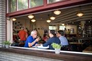 Der pensionierte Luzerner Arzt Frank Achermann (links) bespricht mit zwei Patienten in einem Café in Zürich die Akten. Dieses kostenlose Angebot gibt es ab Oktober auch in Luzern. (Bild: Roger Grütter; Zürich, 23. Juli 2018)