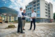 Spitaldirektor Urs Baumberger (links), Projektleiter Lucas Wagner und Christoph Gander (Vorsteher kantonales Hochbauamt) besprechen die Pläne für die neuen Parkplätze. (Bild: Corinne Glanzmann (Stans, 24. Juli 2018))
