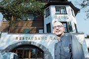 Der Küchenchef und Geschäftsführer Daniel Kulmer hat viele Ideen fürs Restaurant Bahnhof. (Bild: Werner Schelbert (Cham, 20. Juli 2018))