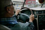 Die bevorstehende Erhöhung der ersten ärztlichen Kontrolluntersuchung der Fahreignung von Senioren auf 75 Jahre ist auch in der W&O-Region umstritten. (Bild: Ralph Ribi)